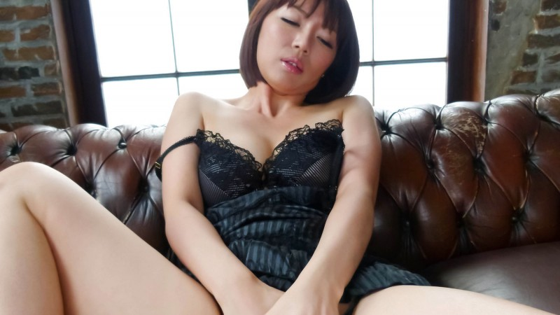 curvy big ass milf Izumi Manaka fingers her pussy through panties